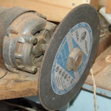 Асинхронный двигатель от стиральной машины можно применить для изготовления маломощного заточного устройства...